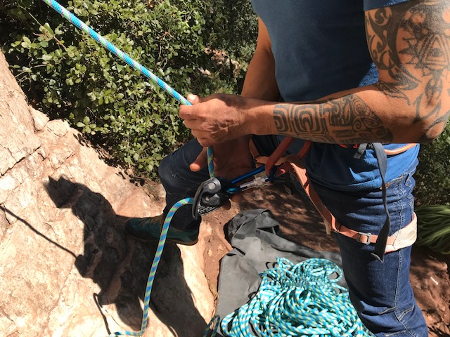 Compañero de cuerda asegurando con Grigri