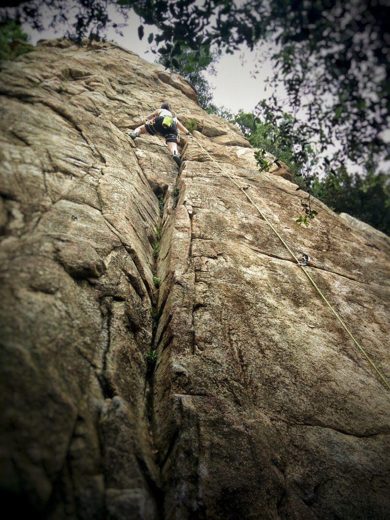 Escalada en la roca con mucha altura - escaladayferratas.com