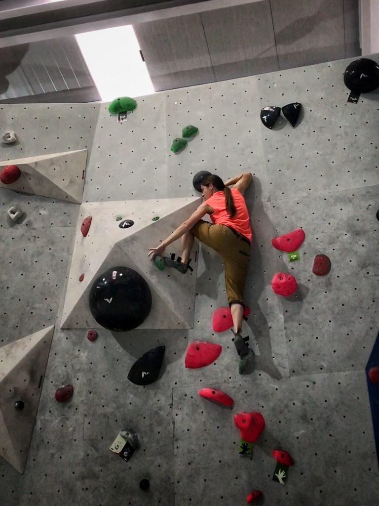 Arantxa Solís escalando en Indoorwall - escaladayferratas.com